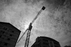 Guindaste de construção no terreno de construção dos apartamentos Fotos de Stock