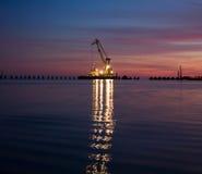 Guindaste de flutuação na noite Fotos de Stock Royalty Free