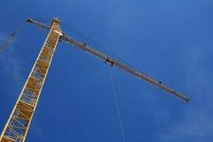 Guindaste de levantamento amarelo no céu azul Fotografia de Stock