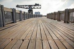 Guindaste de madeira do passeio à beira mar & do vintage imagem de stock