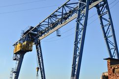 Guindaste de pórtico com o gancho para levantar e mover o cruz pesado Canteiro de obras Planta industrial fotografia de stock
