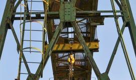Guindaste de pórtico com o gancho para levantar e mover o cruz pesado Canteiro de obras Planta industrial foto de stock royalty free