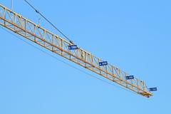 Guindaste de torre da indústria da construção civil contra o céu azul claro fotografia de stock