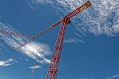 Guindaste de torre de TRed contra um céu azul Imagem de Stock Royalty Free