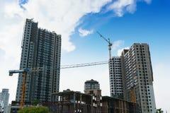 Guindaste de torre em construções sob a construção Imagens de Stock