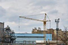 Guindaste de torre em um fundo da planta da máquina-construção Imagem de Stock Royalty Free