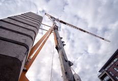 Guindaste de torre de encontro ao céu Fotos de Stock Royalty Free