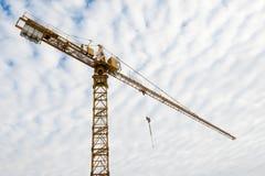 Guindaste de torre enorme em um local de edifício Fotos de Stock Royalty Free