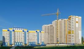 Guindaste de torre na construção de um apartamento de vários andares alto novo Fotografia de Stock
