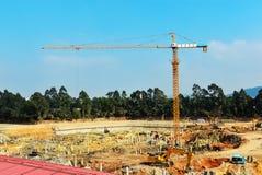 Guindaste de torre no canteiro de obras, na construção de grandes construções Fotografia de Stock Royalty Free