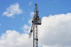 Guindaste de torre no fundo do céu Fotografia de Stock Royalty Free