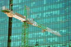 guindaste de torre no fundo de uma construção moderna imagem de stock