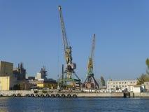 Guindaste de torre no porto fluvial fotografia de stock