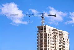 Guindaste de torre sobre o canteiro de obras Fotos de Stock Royalty Free