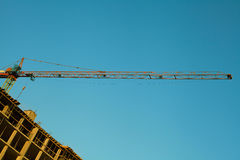 Guindaste de torre vermelho Céu azul Fotos de Stock