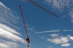Guindaste de torre vermelho contra um céu azul Fotos de Stock Royalty Free