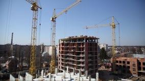 Guindaste de trabalho na construção da casa Canteiro de obras com os guindastes no fundo do céu video estoque