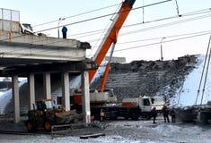 Guindaste do caminhão de levantamento, desmontando uma grande laje de cimento reforçada, fotos de stock royalty free