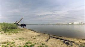 Guindaste do rio na operação video estoque