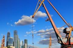 Guindaste e arranha-céus do porto na cidade de Moscou Imagem de Stock Royalty Free
