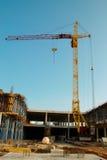 Guindaste e construção do edifício. fotos de stock