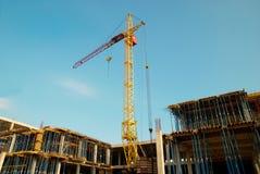 Guindaste e construção do edifício. imagens de stock