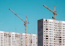 Guindaste e construções da construção sob a construção Fotografia de Stock Royalty Free