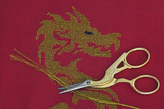 Guindaste e dragão dourados fotografia de stock royalty free