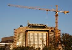 Guindaste e edifício Imagem de Stock