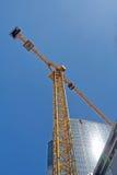 Guindaste e edifício moderno no céu Foto de Stock Royalty Free