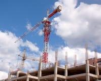 Guindaste e edifício sob a construção Foto de Stock Royalty Free