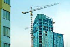 Guindaste e edifício sob a construção Fotografia de Stock