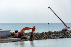 Guindaste e máquina escavadora Foto de Stock Royalty Free