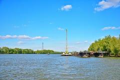Guindaste e navios de carga fluviais Foto de Stock Royalty Free