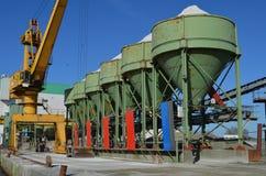 Guindaste e silos de uma planta do cascalho em um cais Imagens de Stock Royalty Free