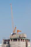 Guindaste e trabalhadores na construção da construção Imagens de Stock Royalty Free