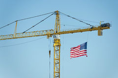 Guindaste grande com bandeira americana Fotos de Stock