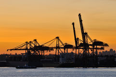 Guindaste industrial do transporte no nascer do sol Fotografia de Stock Royalty Free