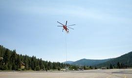 Guindaste industrial pairando do helicóptero ou do céu fotografia de stock