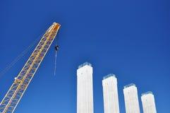 Guindaste na construção de ponte Imagens de Stock