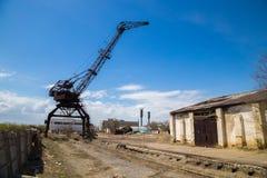 Guindaste oxidado velho na área industrial abandonada fotografia de stock
