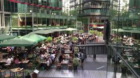 Guindaste para baixo sobre os povos que apreciam restaurantes e serviços em Potsdamer Platz Sony Center vídeos de arquivo
