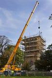Guindaste que levanta Masonary - restauração do telhado da igreja   Fotos de Stock