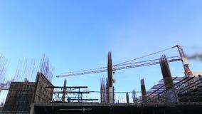 Guindaste que trabalha na construção no céu azul filme
