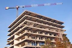 Guindaste sobre buiding na construção Foto de Stock Royalty Free