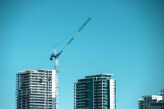Guindaste sobre a construção do arranha-céus Foto de Stock
