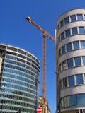 Guindaste sobre edifícios modernos Imagem de Stock Royalty Free