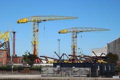 Guindastes altos na jarda da construção naval fotografia de stock royalty free