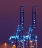 Guindastes azuis do quay na noite Fotos de Stock