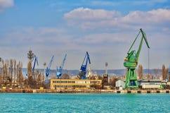 Guindastes bordejando nivelados do porto Foto de Stock